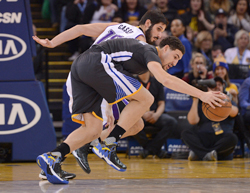 The Golden State Warriors' Klay Thompson, right, steals the ball from the Sacramento Kings' Omri Casspi in the first half at the Oracle Arena in Oakland, Calif., on Saturday, Nov. 28, 2015. (Dan Honda/Bay Area News Group/TNS)